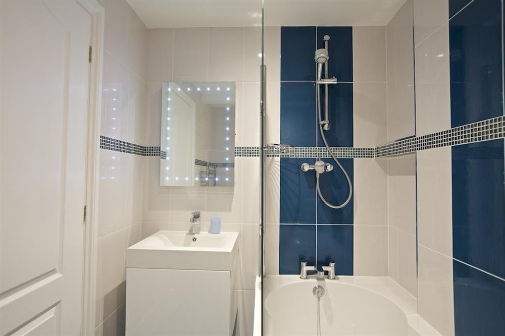 Family bathroom with shower over bath at 10 Dartmouth House in Mayors Avenue, Dartmouth