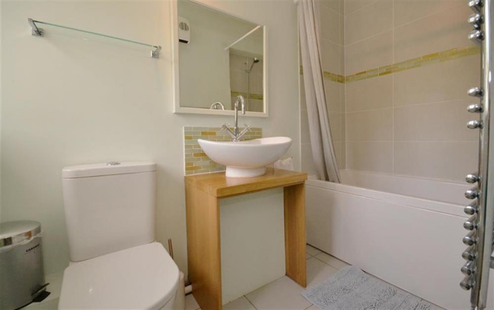 The modern bathroom at 2 Vale Cottage, Slapton