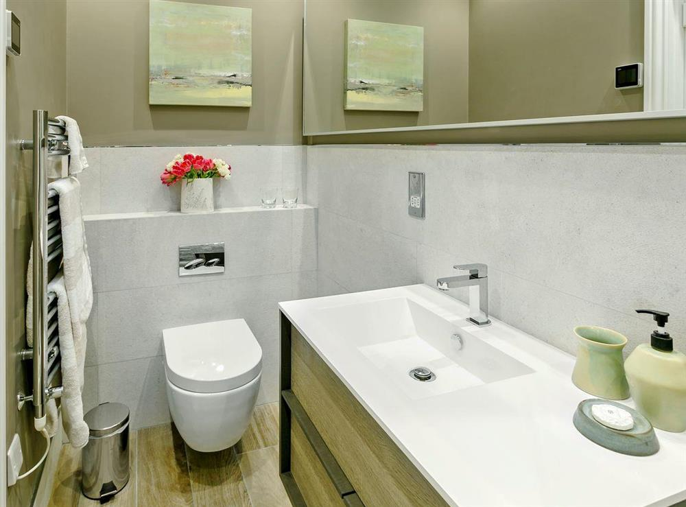 Well presented en-suite with shower cubicle at 3 Healey Cottage in Shelley, near Huddersfield, West Yorkshire