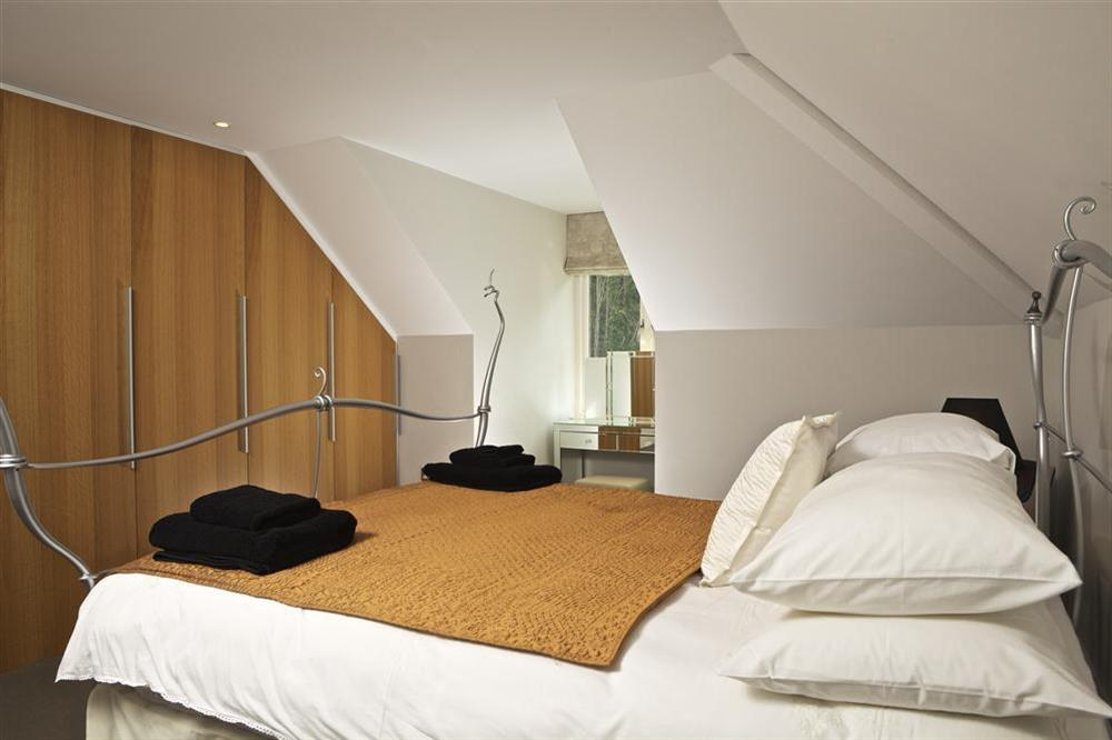 The master suite with King-size bed (photo 2) at 36 Dart Marina in Sandquay Road, Dartmouth