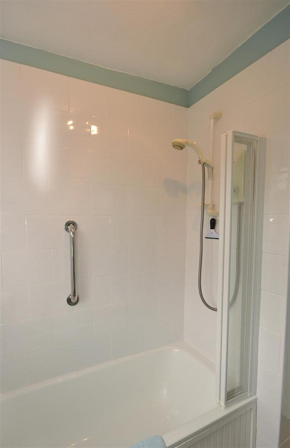 Shower over the bath at 4 Ramparts Walk, Totnes