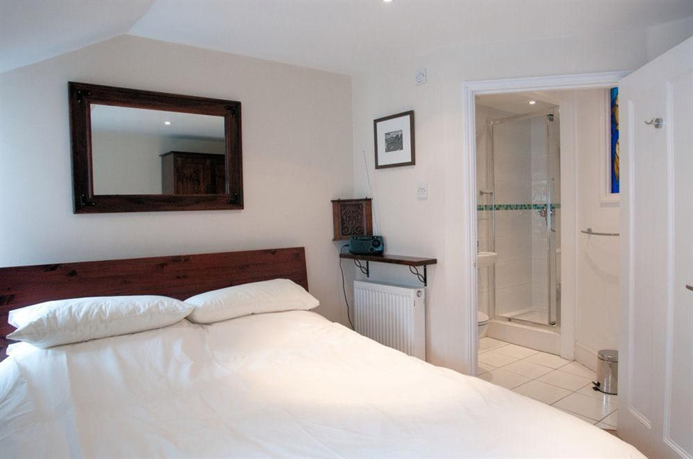 Master bedroom with en suite shower room at Aeolus House in 42 Newcomen Road, Dartmouth