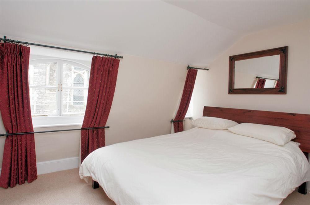 Master bedroom with King size bed at Aeolus House in 42 Newcomen Road, Dartmouth