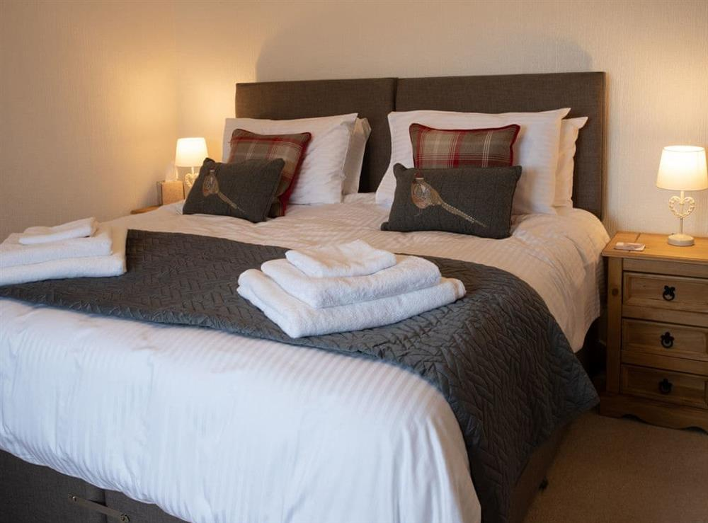 Peaceful en-suite double bedroom at Balloan Farm Cottage in Lairg, Highlands, Sutherland