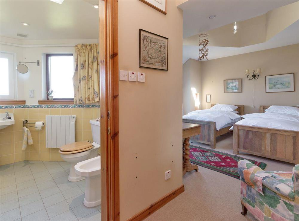 Double/twin bedroom with en-suite (photo 3) at Bentfield in Prestwick, Ayrshire