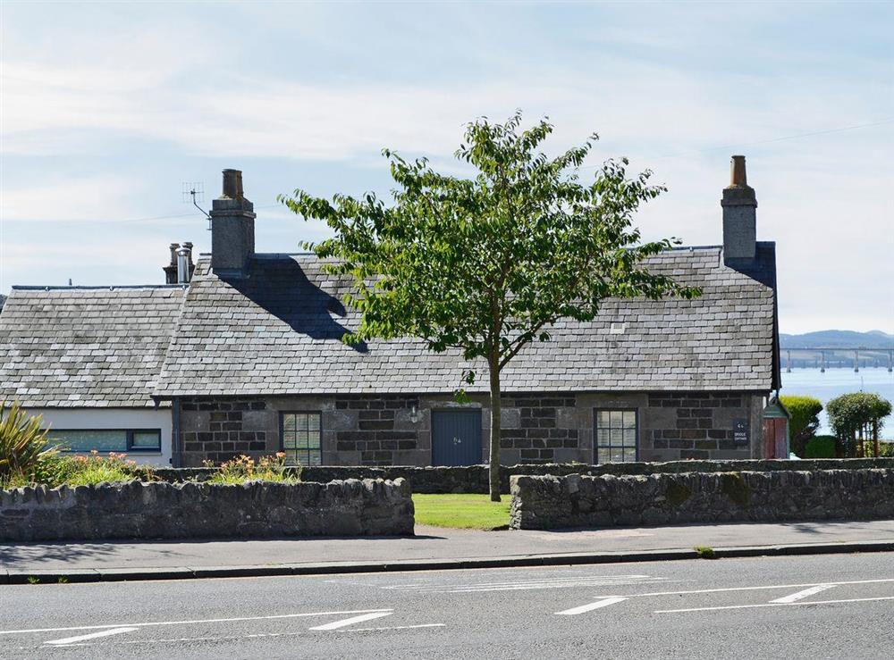 Delightful traditional, detached cottage at Bridge Cottage in Broughty Ferry, near Dundee, Angus