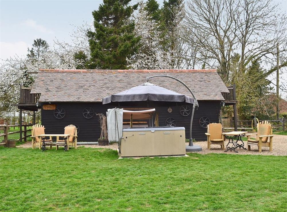 Hot tub and garden at Byre Cottage,