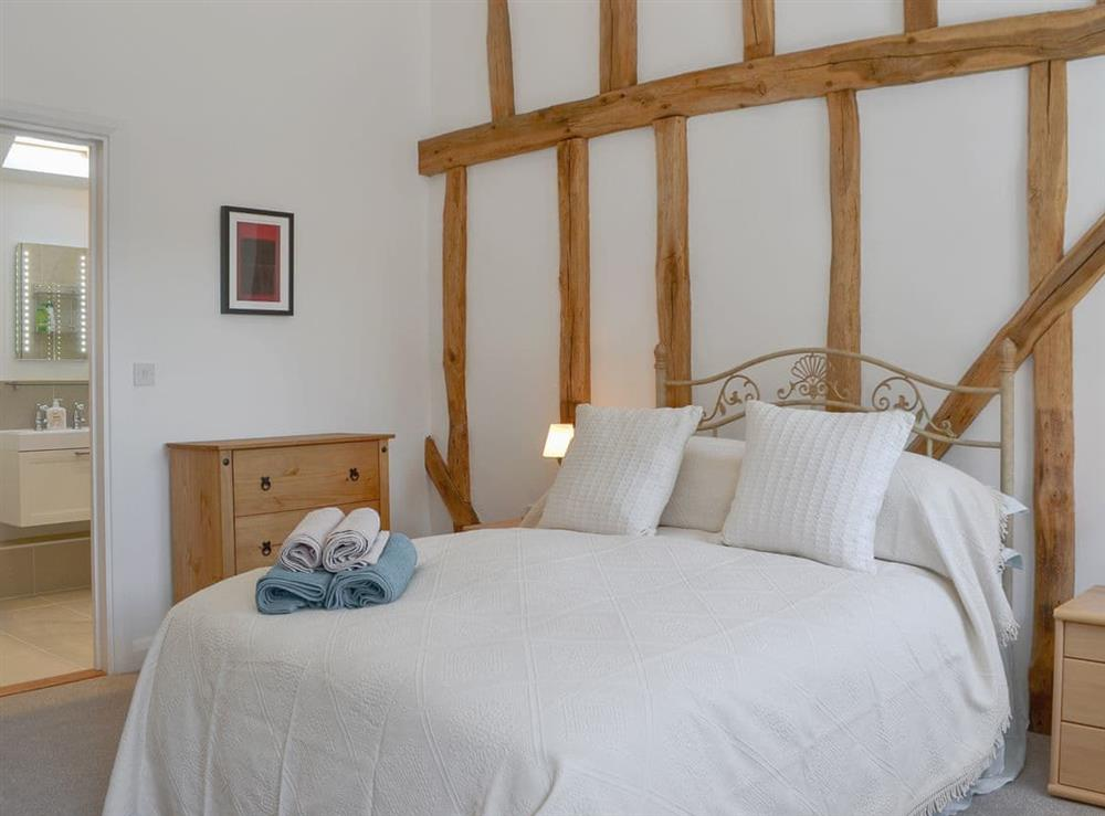 Comfortable double bedroom with en-suite at The Hop Cottage,