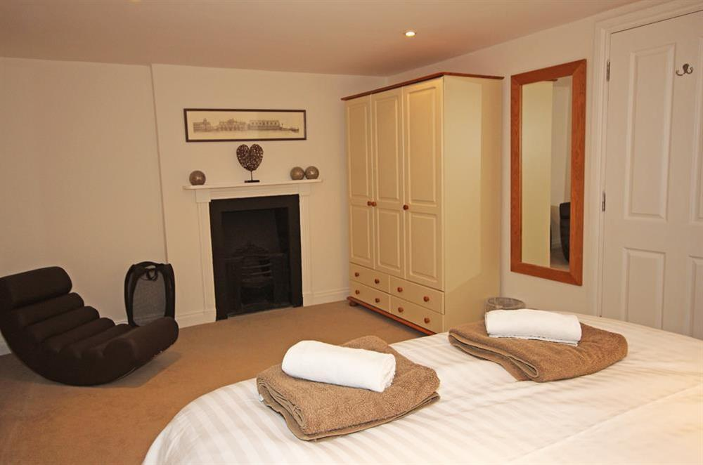Double bedroom with King-size bed (photo 2) at Cobbs Cottage in 20 Crowthers Hill, Dartmouth