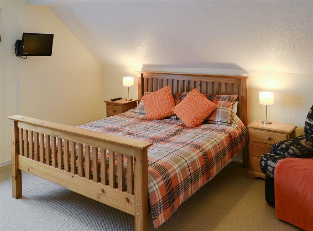 Kingsized bed in bedroom 3 at Davids Island in Wroxham, Norfolk