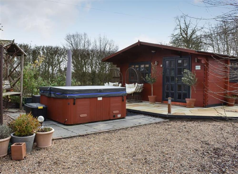 Cosy log cabin with hot tub at Easthorpe Retreat in Easthorpe, near Colchester, Essex