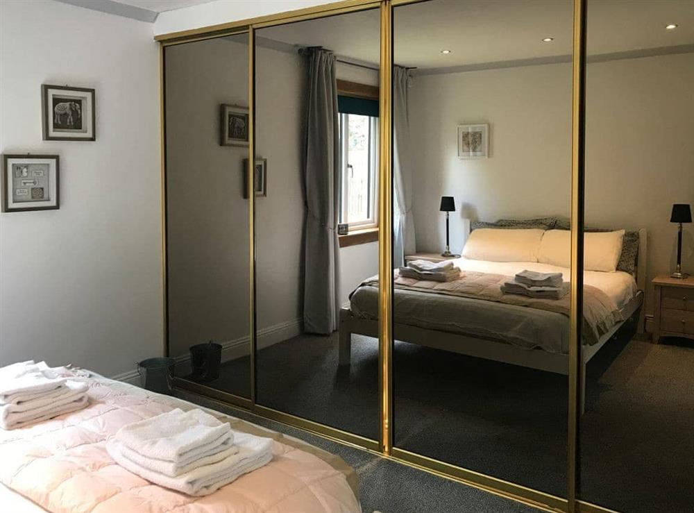 Double bedroom with ideal en-suite at Elm Cottage in Falkirk, Stirlingshire