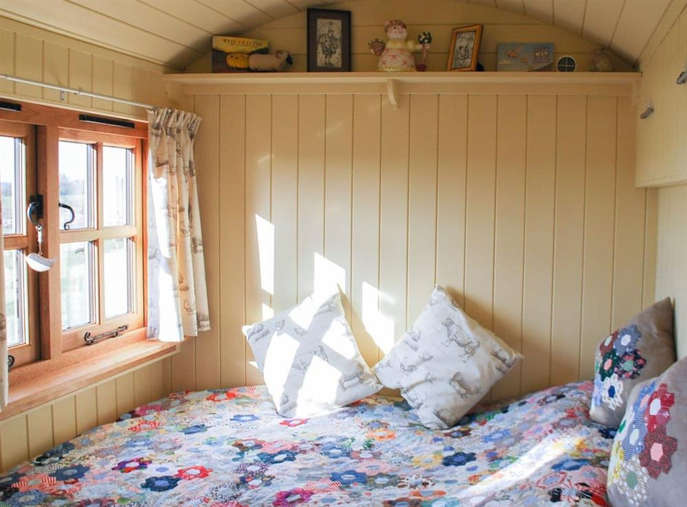 Comfortable and cosy double bed at Elsies Hut in Hassocks, England