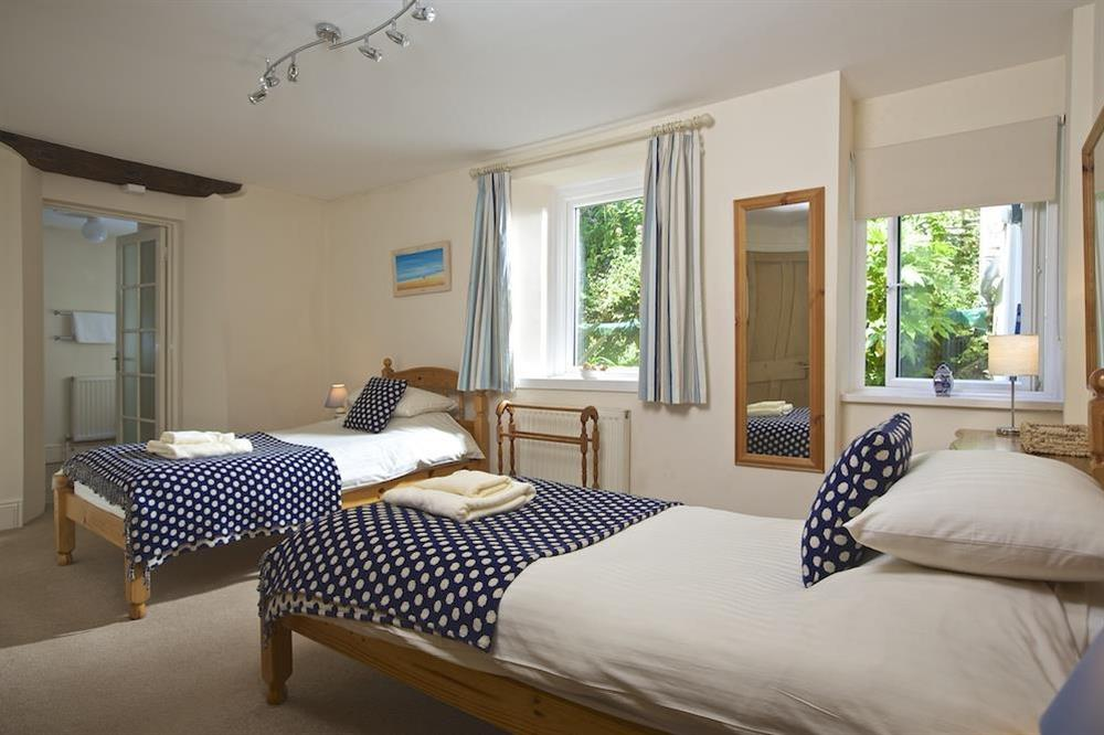 Twin bedroom with en suite shower room at Ferry View (Dartmouth) in South Town, Dartmouth