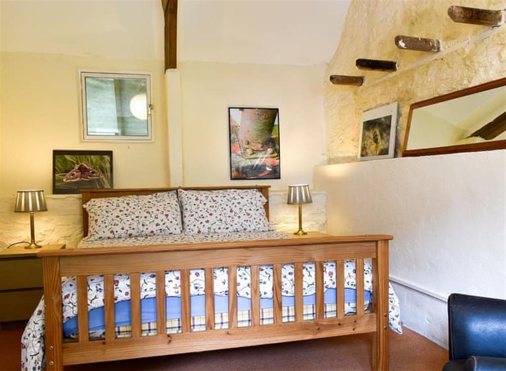 Relaxing bedroom with kingsize bed at Garden Cottage in Hendham, near Kingsbridge, Devon