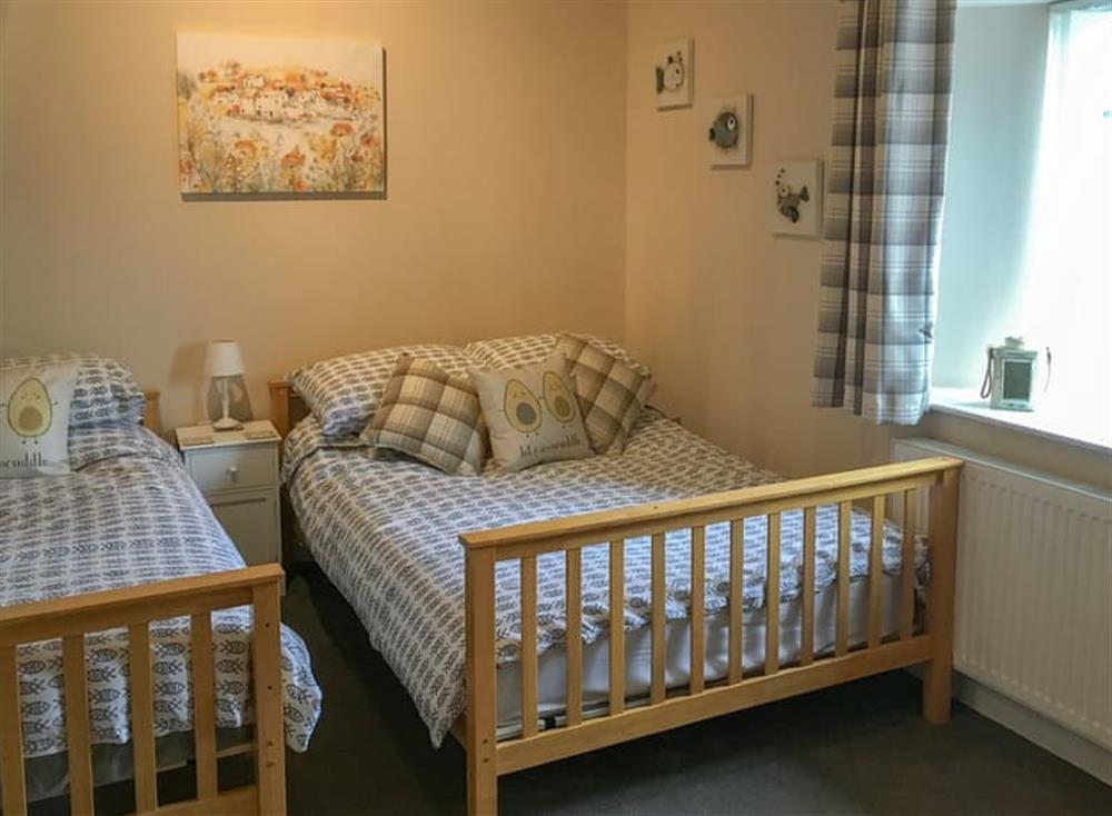 Pretty twin bedroom at Gemstone Cottage in Brixham, Devon