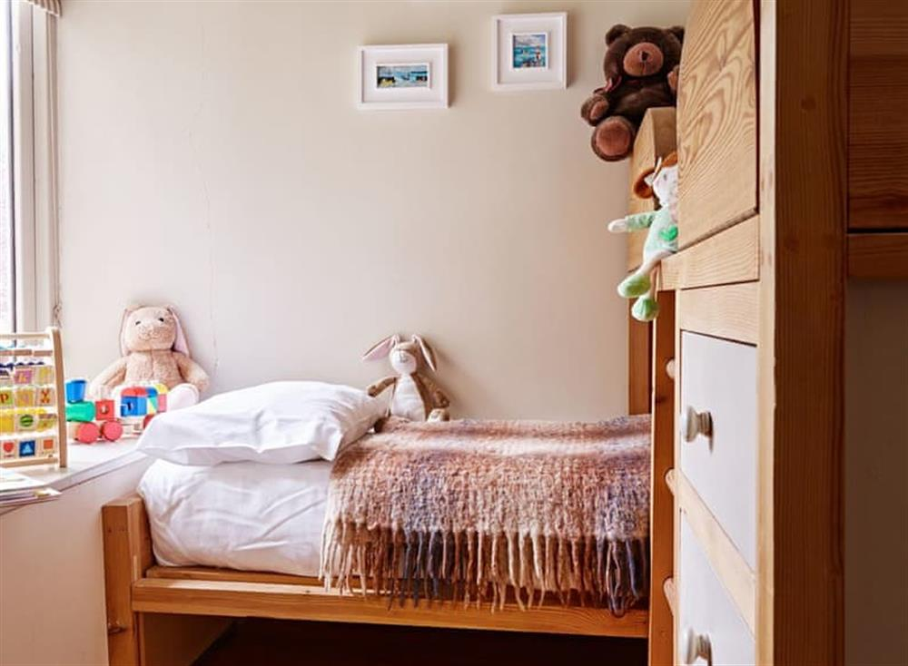 Light and airy twin bedroom at Haytor Cottage,