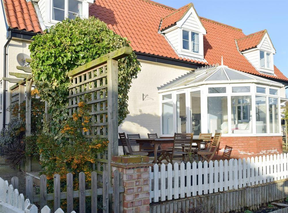 Attractive holiday home with conservatory and outdoor seating area at Granary Cottage in Tattingstone, near Ipswich, Suffolk