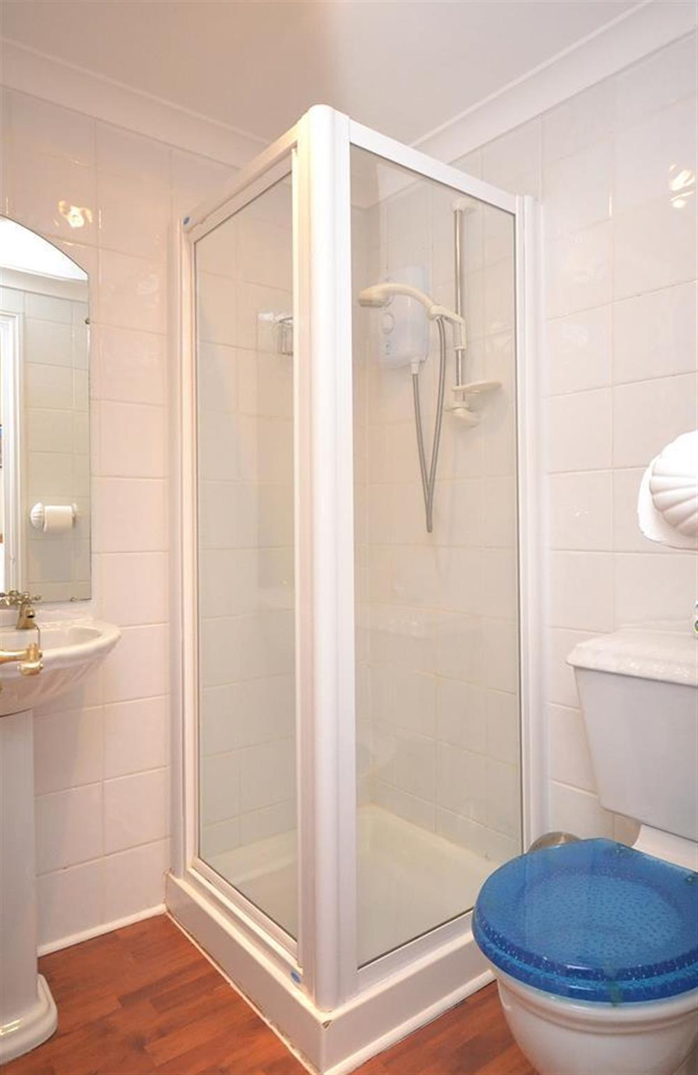 The double room ensuite bathroom at Grants Cottage, Dartmouth