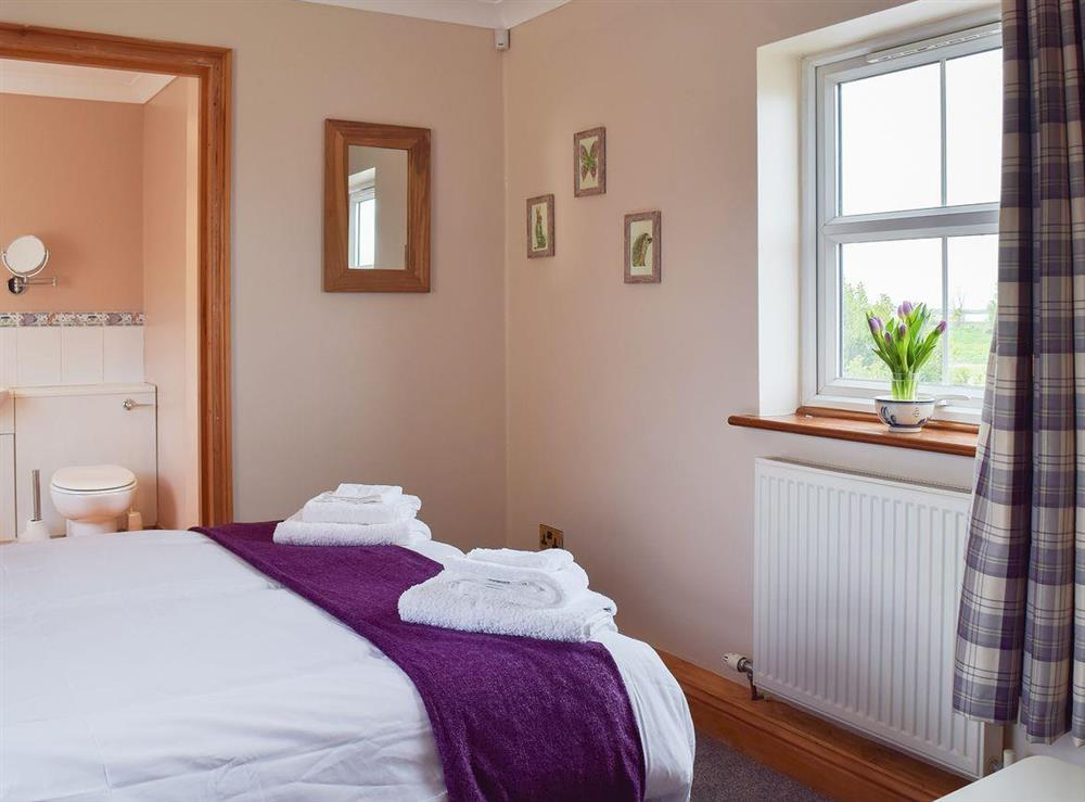 Double bedroom boasting an en-suite at Grebe Cottage in West Somerton, near Winterton-on-Sea, Norfolk, England