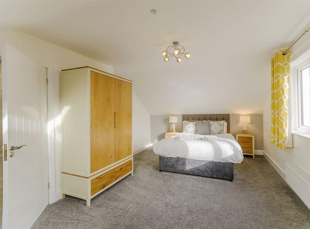 Spacious double bedroom with en-suite at Ty Canol,