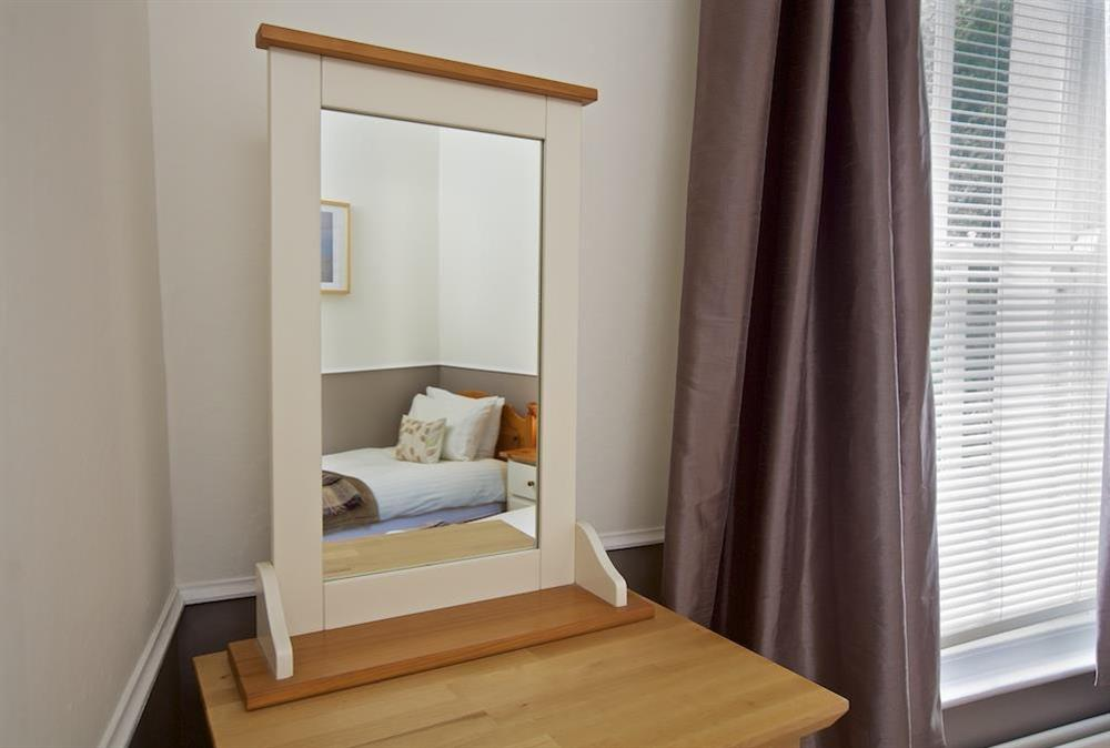 Cosy twin bedroom with en suite (photo 2) at Harbourside in South Town, Dartmouth