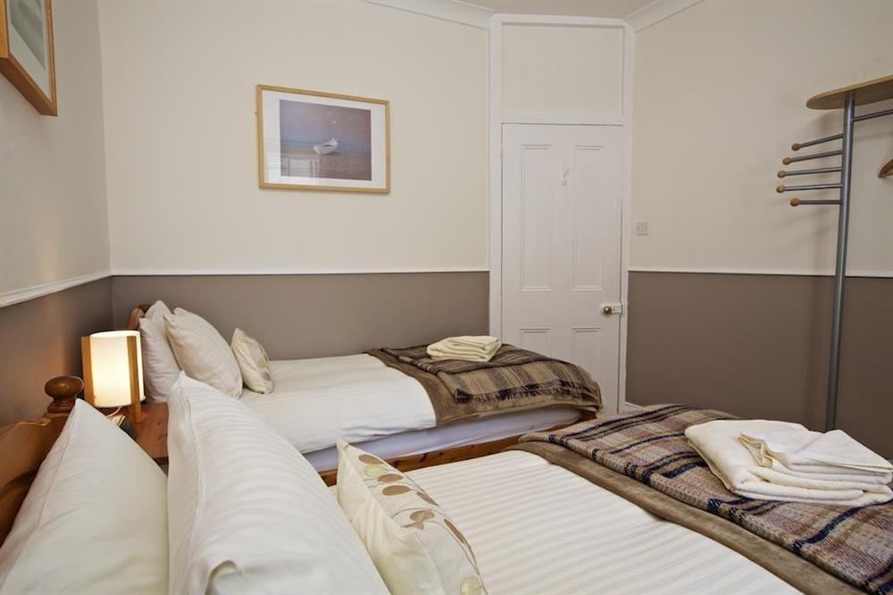 Cosy twin bedroom with en suite (photo 3) at Harbourside in South Town, Dartmouth