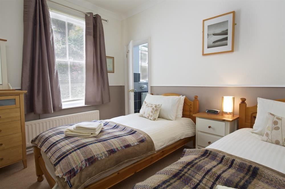 Cosy twin bedroom with en suite at Harbourside in South Town, Dartmouth