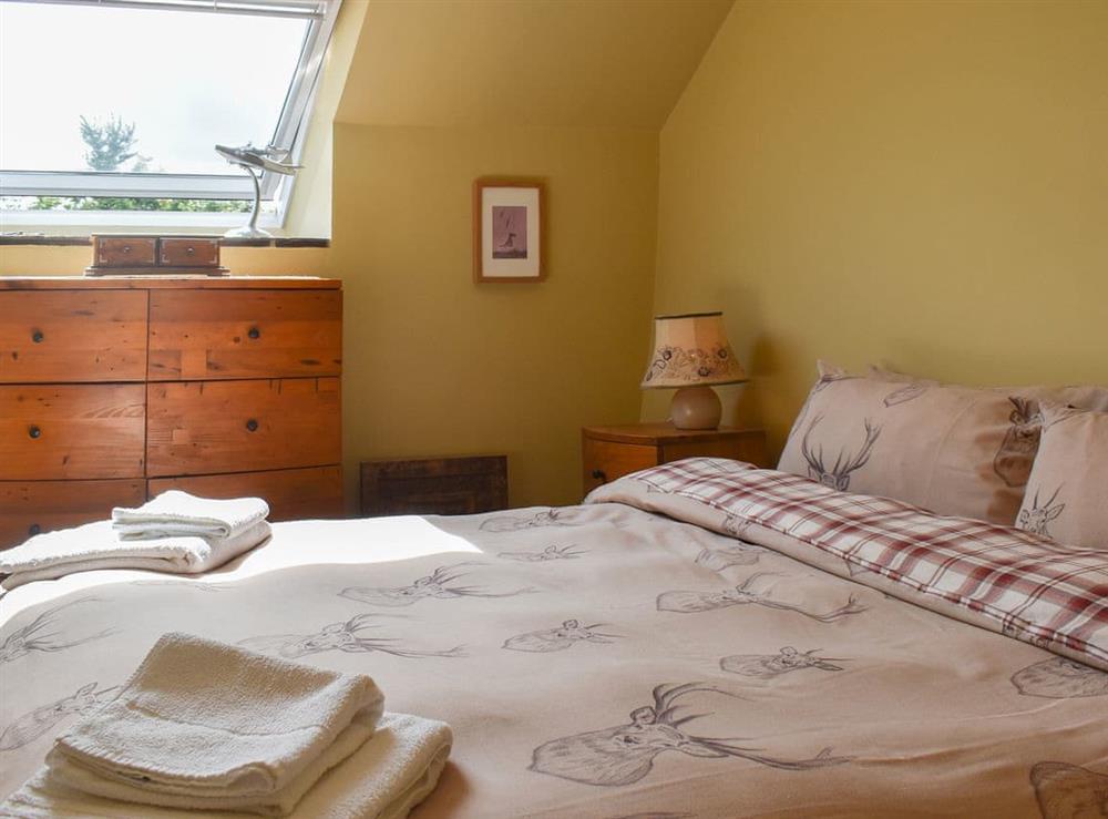 Comfortable double bedroom with kingsize bed at Harvest Cottage in Harbertonford, near Totnes, Devon