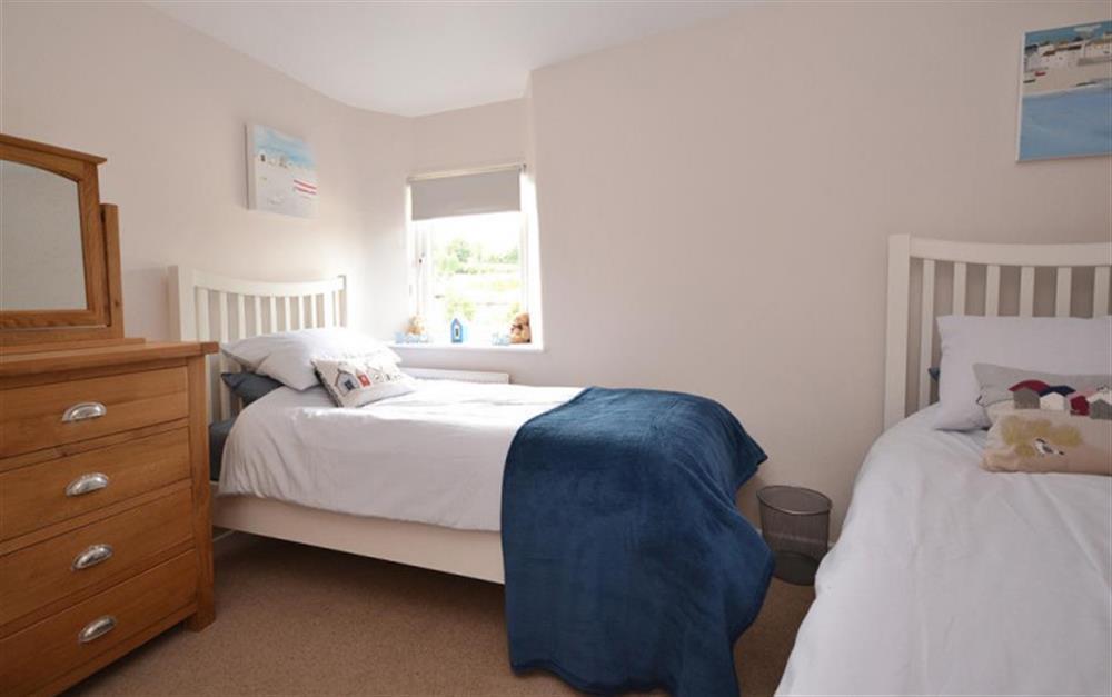 The cosy twin bedroom at Hideaway, Harbertonford