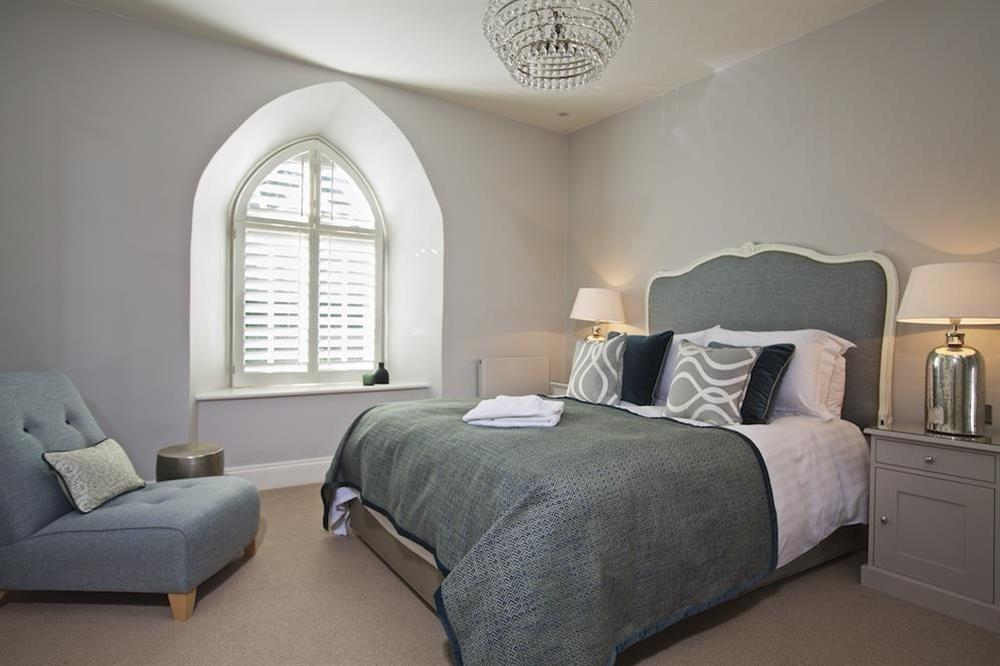 En suite double bedroom with elegant King-size bed (photo 2) at Hillfield Farmhouse in , Hillfield, Dartmouth