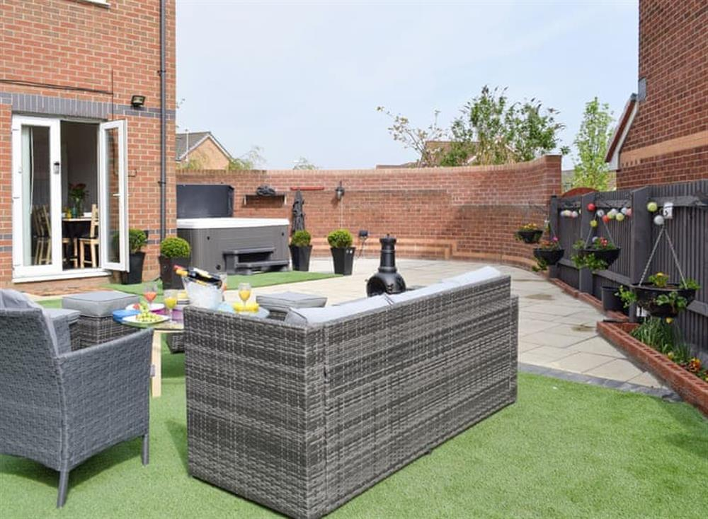 Stunning outdoor area with hot-tub and outdoor furniture at Hollybrae House in Kirkcaldy, near Anstruther, Fife