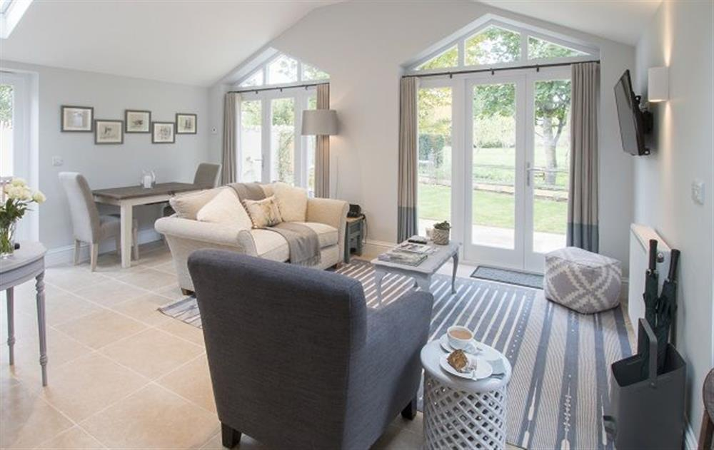 Ground floor:  Sitting room with dining area at Hunter Cottage, Clanfield