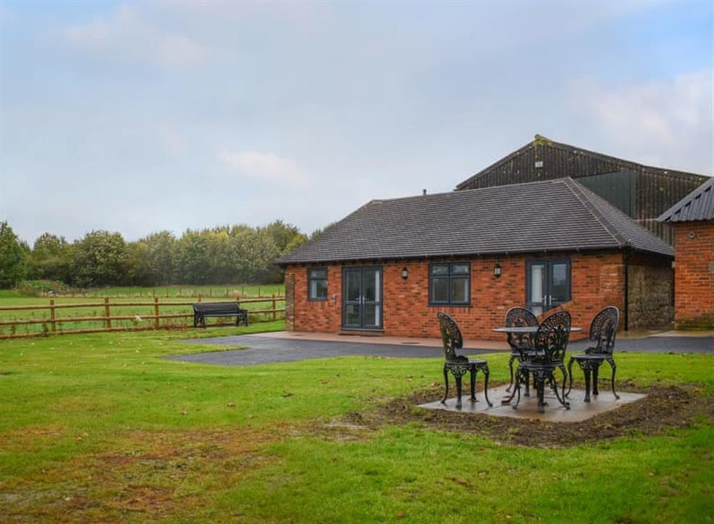 Lovely lodge with dedicated patio area with seating