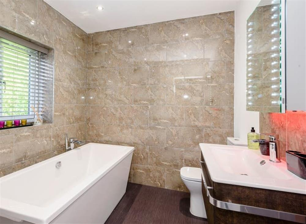 Well presented bathroom (photo 2) at Kingfisher Lodge in Horning, Norfolk