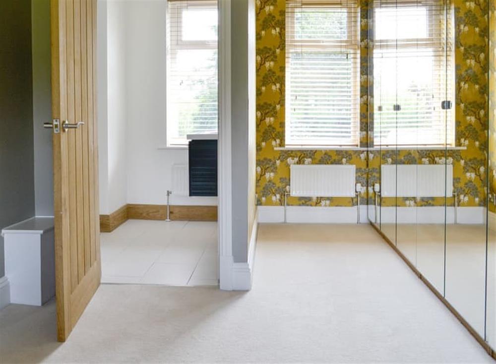 Mirrored storage and en-suite