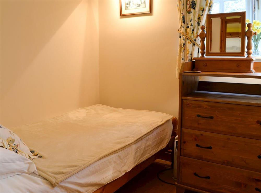 Cosy twin bedded room at Leonards Cottage,