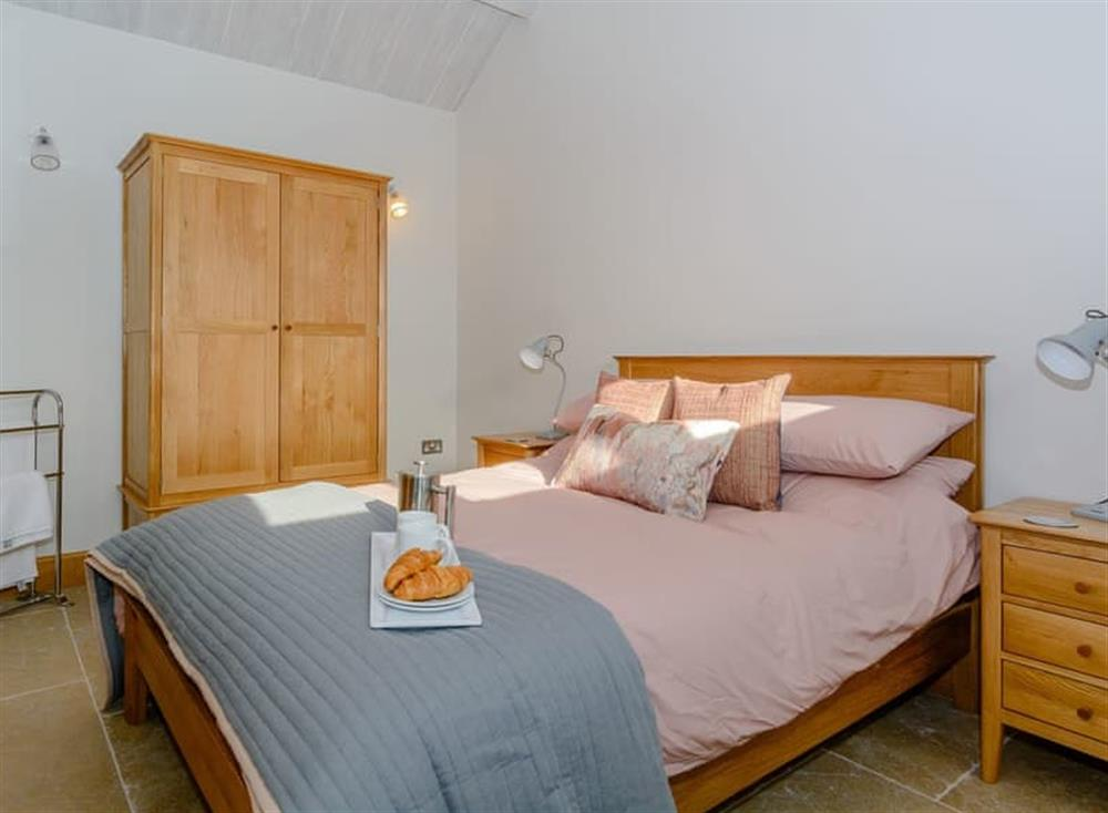 Tranquil bedroom with kingsize bed and beams at The Bull Pen 2,