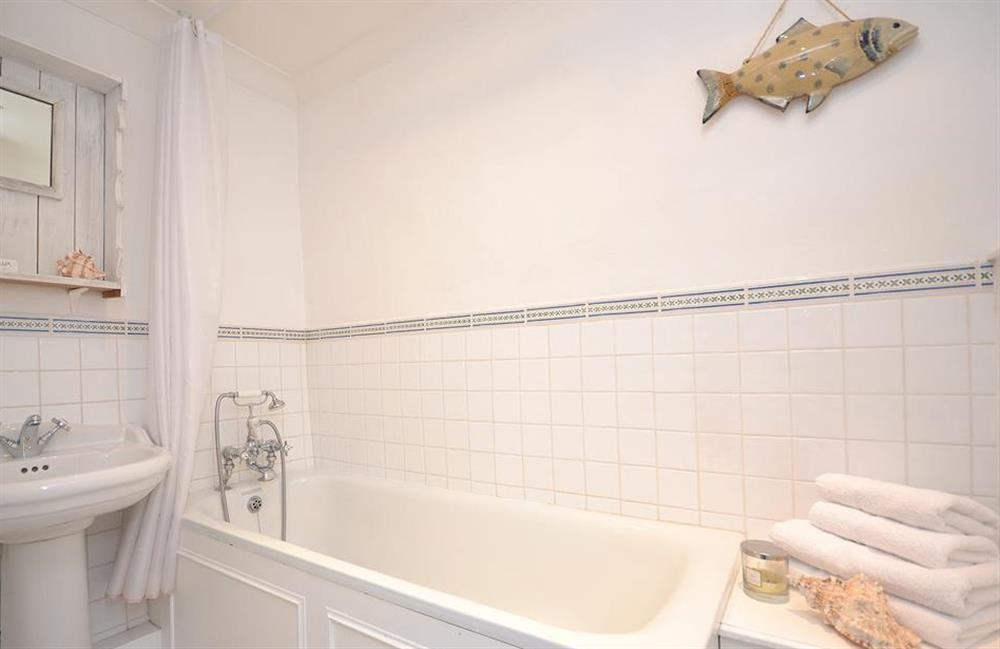 The en suite bathroom at Meadow View Cottage, Dittisham