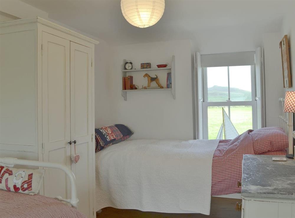 Superb bedroom with twin beds at Mur Llwyd in Rhoshirwaun, near Pwllheli, Gwynedd