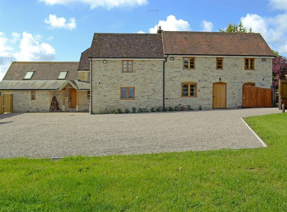 Large detached holiday home providing accommodation for up to sixteen people at New Inn Farmhouse in Marnhull, near Shaftesbury, Dorset