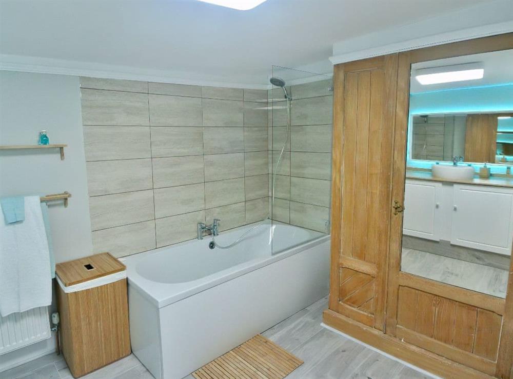 Generous sized�bathroom (photo 2) at Ocello in Ocello, Devon