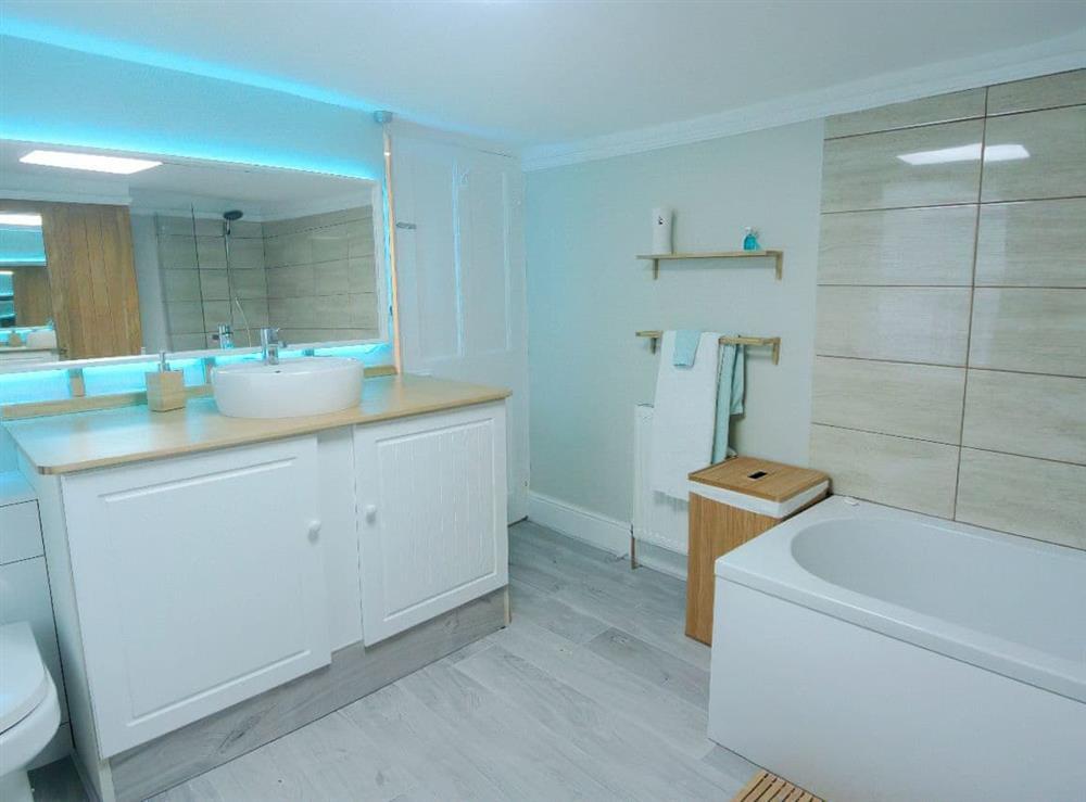 Generous sized�bathroom at Ocello in Ocello, Devon