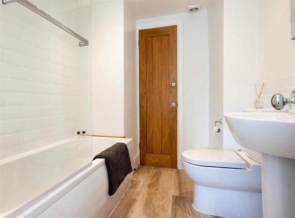 En-suite bathroom at Otter Cottage in Dartmouth, Devon
