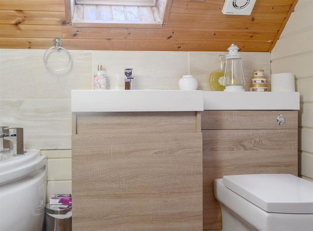 En-suite bathroom with corner bath (photo 2) at Quarry Lodge in Munsley, near Ledbury, Herefordshire