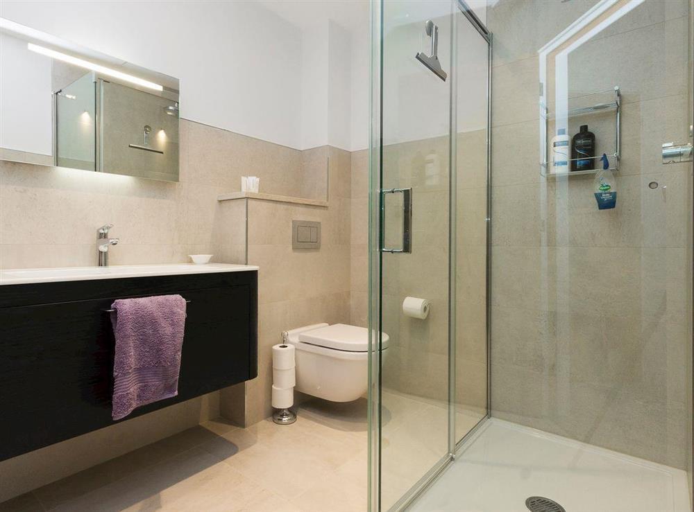 Well presented en-suite bathroom at River Coombe in Dartmouth, Devon