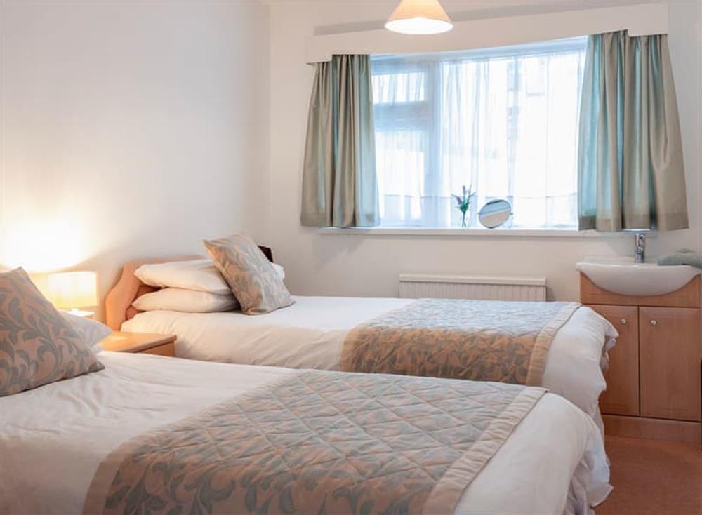 Cosy twin bedroom at Rivers Reach in Dartmouth, Devon