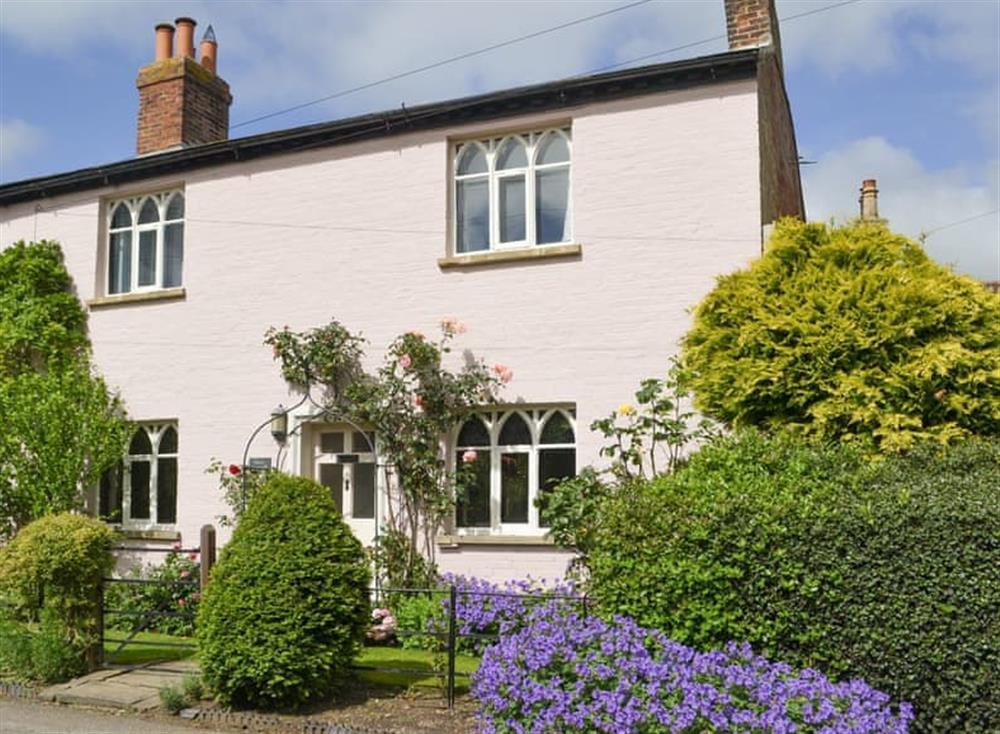 Delightful holiday cottage at Rose Cottage in Carlton-on-Trent, near Newark, Nottinghamshire