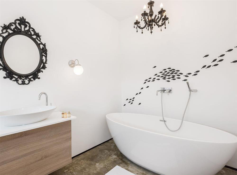 Luxurious en-suite bathroom at Seaglass Barn (Sand),