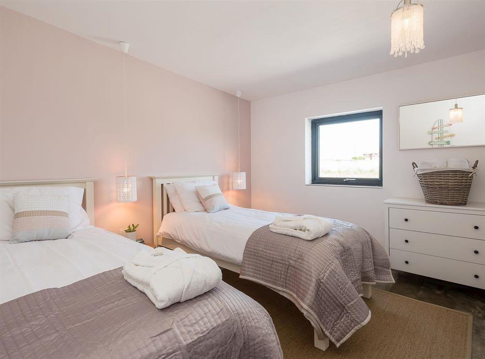 Spacious, comfortable twin bedroom at Seaglass Barn (Sand),